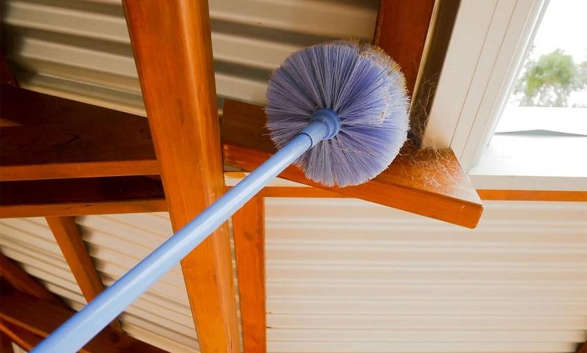 Quét mạng nhện trần nhà